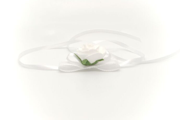 Kotylion komunijny na rękę z białą różą Ptaszarnia
